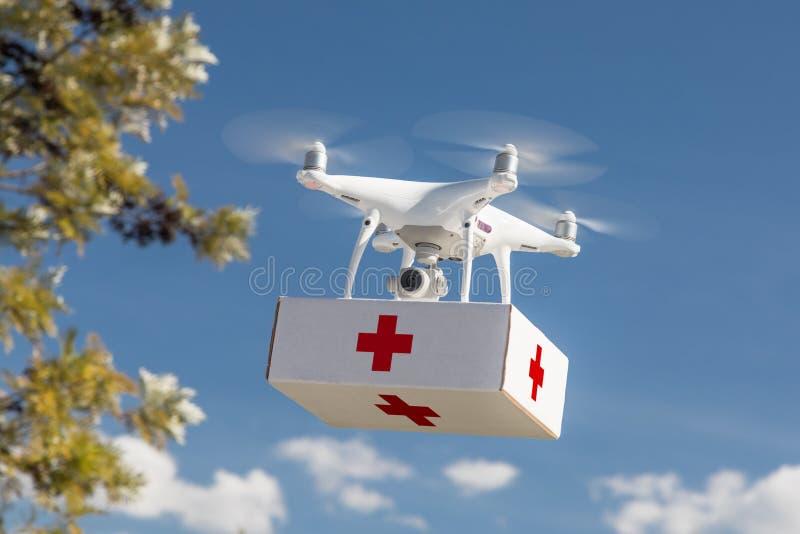 Bezpilotowego samolotu systemu UAS Quadcopter trutnia przewożenia pomocnika Pierwszy zestaw zdjęcia stock