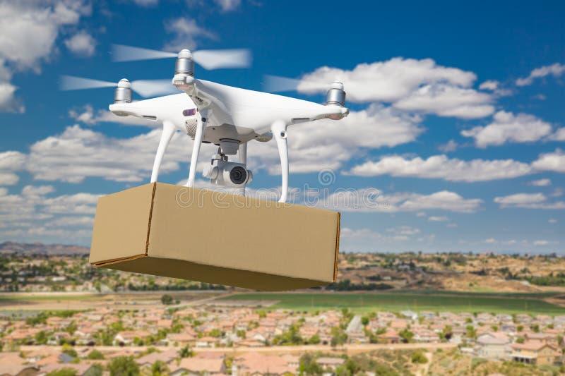 Bezpilotowego samolotu systemu UAS Quadcopter trutnia przewo?enia Pusty pakunek Nad s?siedztwem fotografia stock
