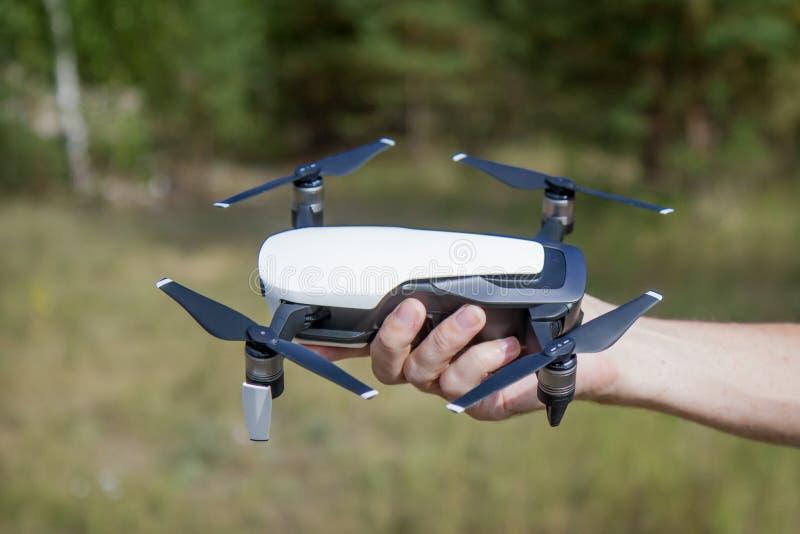 Bezpilotowy samolot z cztery rotorami w ręce obrazy royalty free