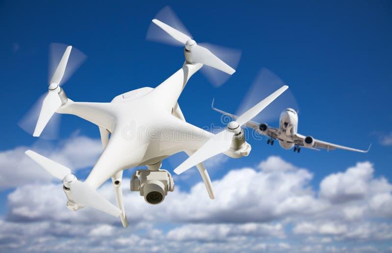 Bezpilotowy samolotu systemu UAV Quadcopter truteń W powietrzu C Zbyt fotografia stock