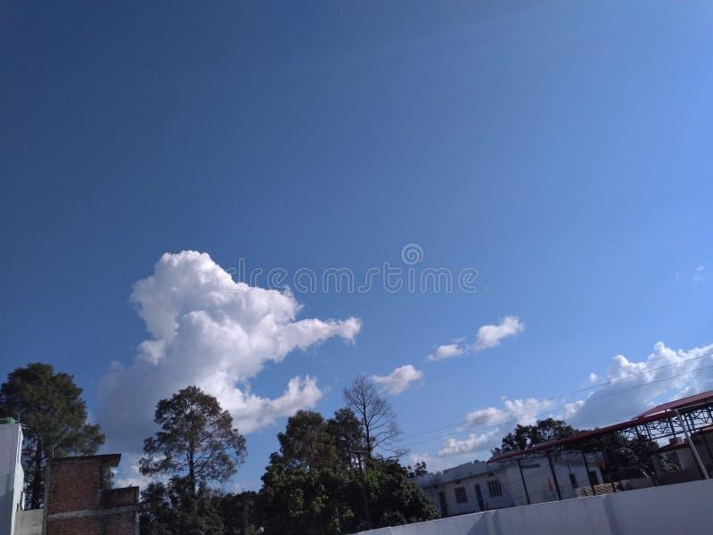 Bezpośredni słońce promienie na Spławowym bielu Chmurnieją w niebieskim niebie obrazy royalty free