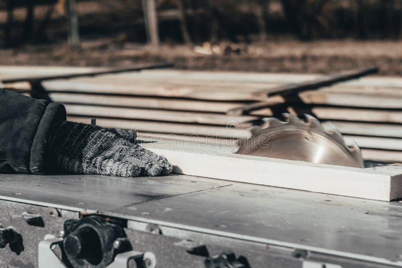 bezpośredni tła ostrze zobaczyć biel samochód piłuje drewno r Pracująca ręka obrazy stock