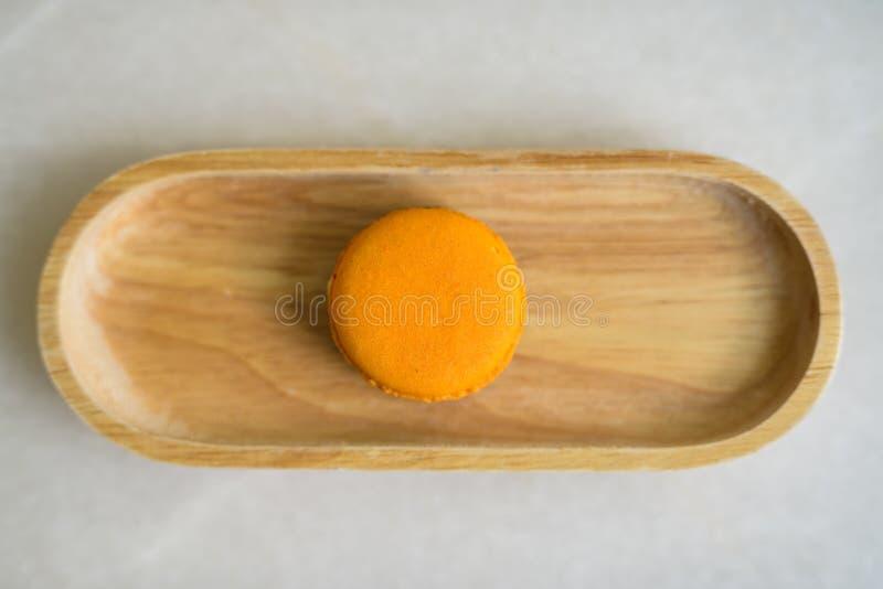 Bezpośrednio Above strzał Słuzyć Na stole Pomarańczowy Macaroon obraz stock