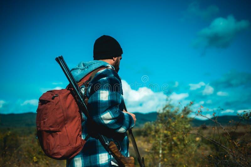 Bezprawny Łowiecki kłusownik w Lasowym myśliwym z flinta pistoletem na polowaniu Amerykańscy łowieccy karabiny Armatni karabin obrazy stock