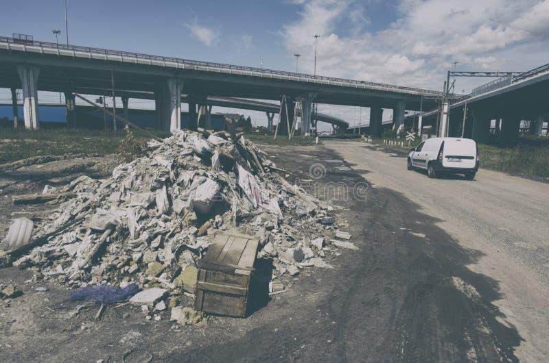 Bezprawny śmieciarski usyp blisko autostrad obrazy stock
