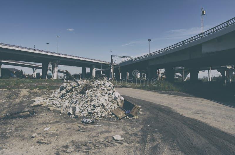 Bezprawny śmieciarski usyp blisko autostrad fotografia royalty free