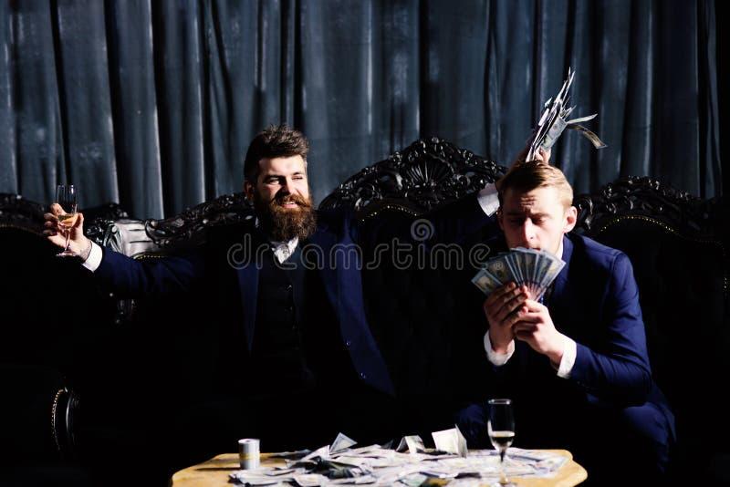 bezprawny dylowy pojęcie Mężczyzna chwyty gotówka, pieniądze, banknoty fotografia stock