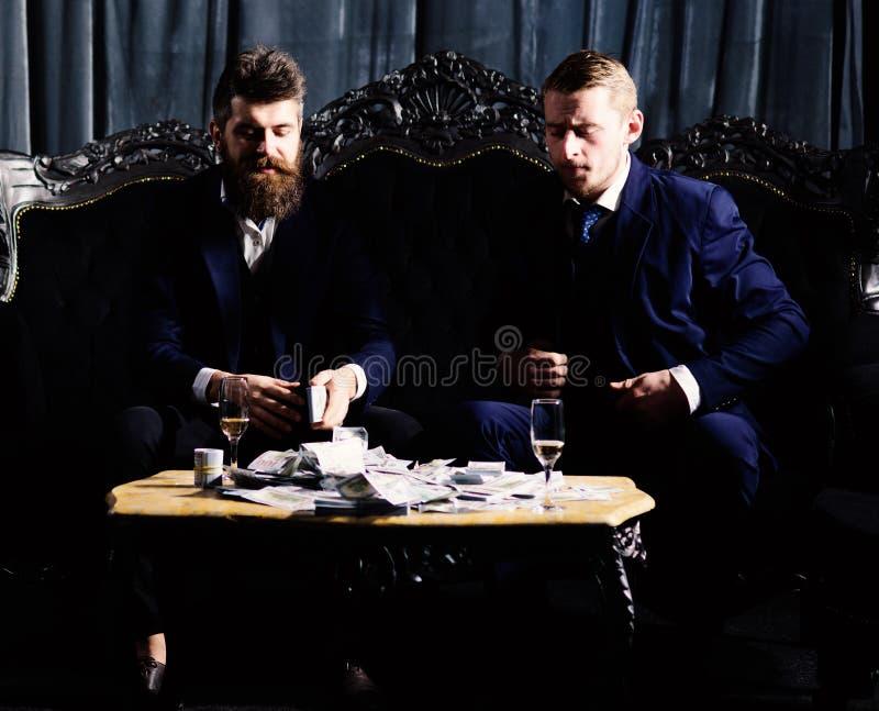 bezprawny dylowy pojęcie Mężczyzna w kostiumu, biznesmeni siedzą zdjęcie stock