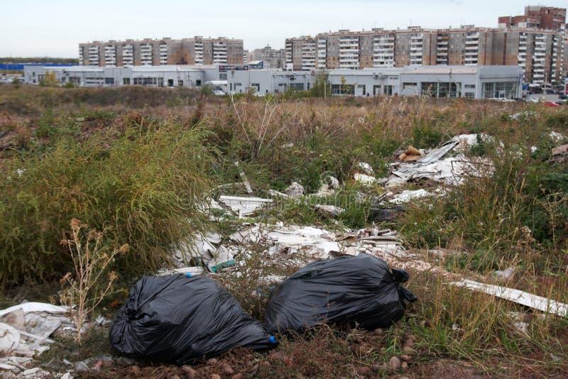 Bezprawny miasto usyp w pustkowiu w suchej trawie zdjęcia royalty free