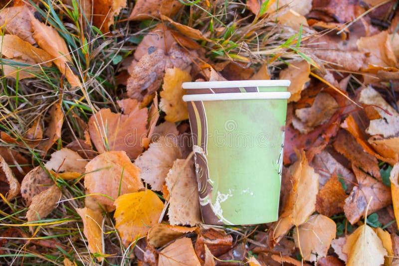 Bezprawny odrzucający kawowy kubek zdjęcie royalty free