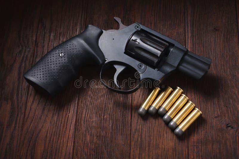 bezprawny pistolecik na drewnianym stole zdjęcia royalty free