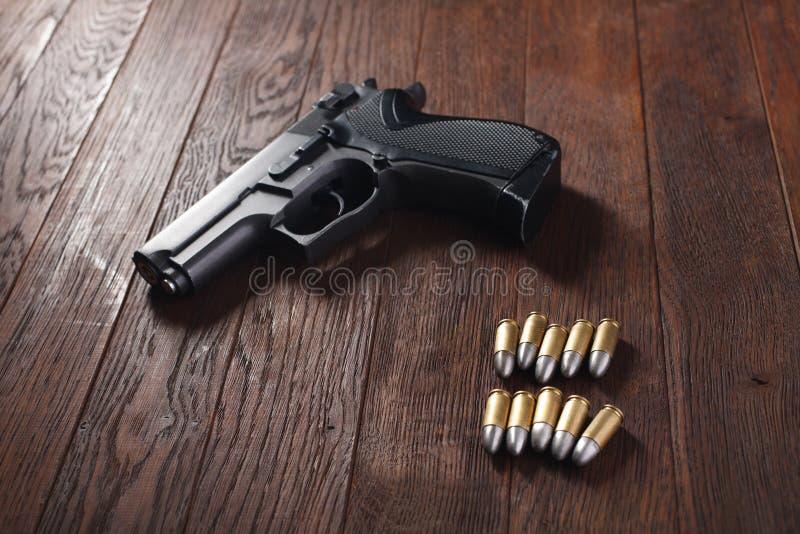 bezprawny pistolecik na drewnianym stole fotografia royalty free