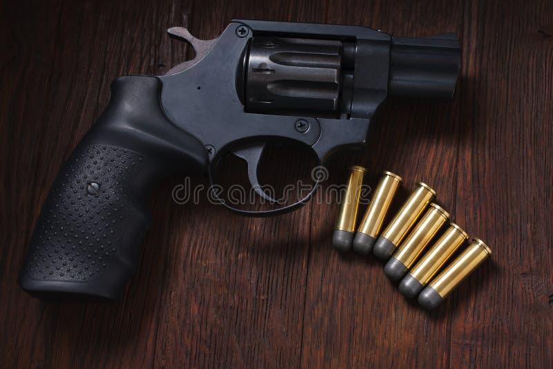 bezprawny pistolecik na drewnianym stole zdjęcie royalty free