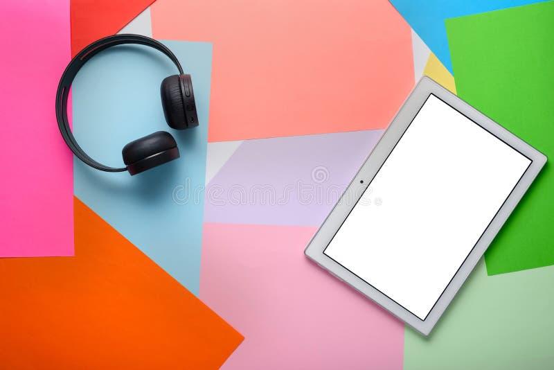 Bezprzewodowy hełmofon z pastylką z pokojem dla układu projekta na barwiącym tle zdjęcia royalty free