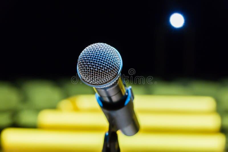 Bezprzewodowy mikrofon na stojaku na zamazanym tle Pusta widownia zdjęcia royalty free
