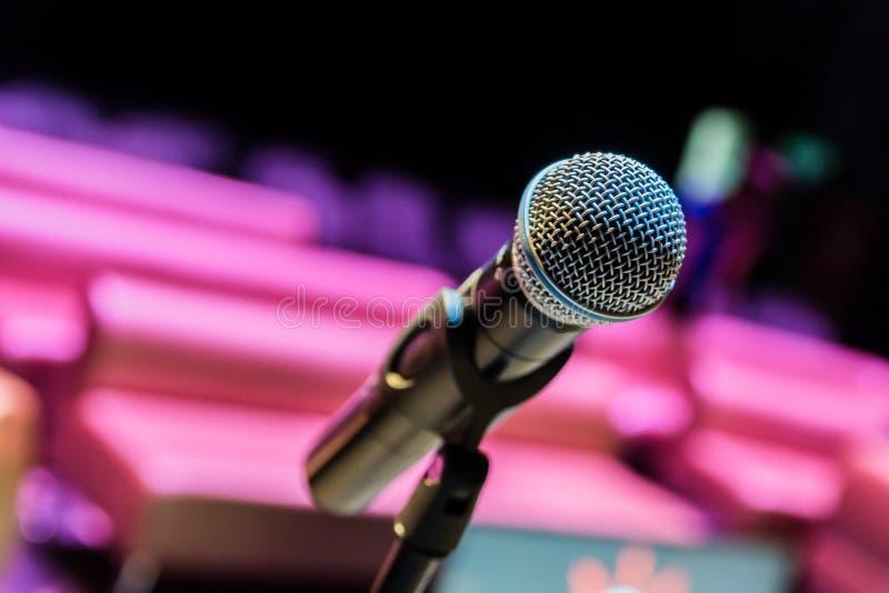 Bezprzewodowy mikrofon na stojaku na zamazanym tle Pusta widownia obraz royalty free