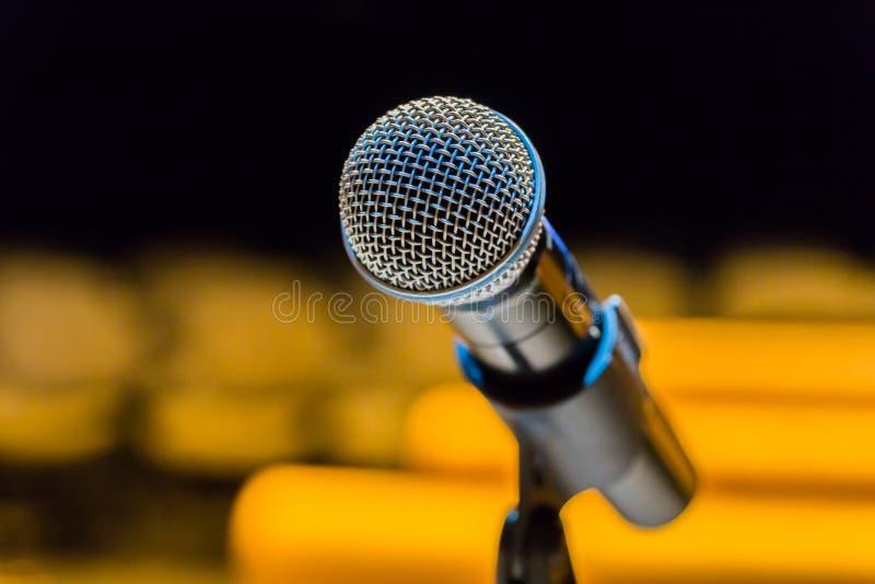 Bezprzewodowy mikrofon na stojaku na zamazanym tle Pusta widownia zdjęcie stock