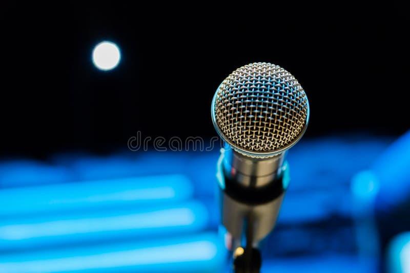 Bezprzewodowy mikrofon na stojaku na zamazanym tle Pusta widownia obrazy stock