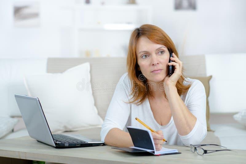 Bezrobotna kobieta pyta przyjaciela dla pieniądze płacić za długach zdjęcie stock