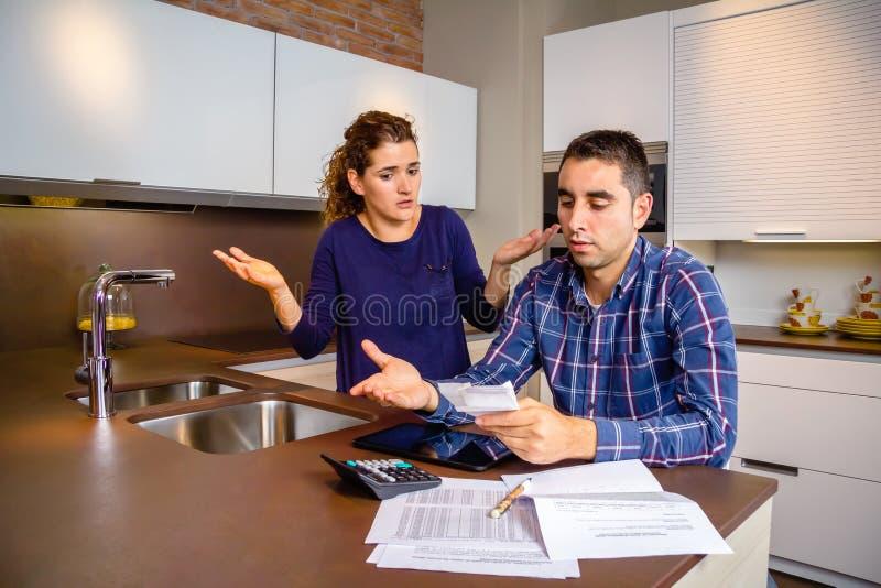 Bezrobotna potomstwo para z długów przeglądać ich zdjęcie stock