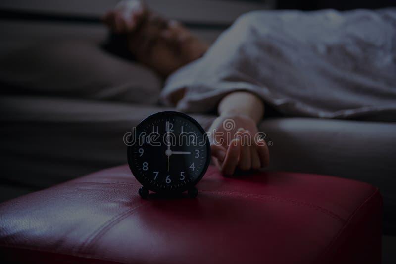 Bezsenność w azjatykcich kobietach na jej sypialni, Żeński łgarski cierpienie od migreny zdjęcie stock