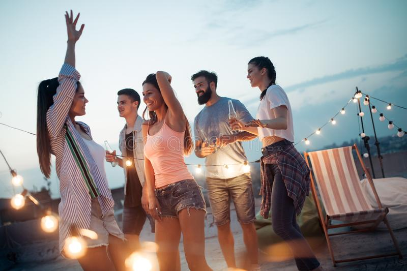 Beztroska grupa szczęśliwi przyjaciele cieszy się przyjęcia na dachu tarasie zdjęcie royalty free