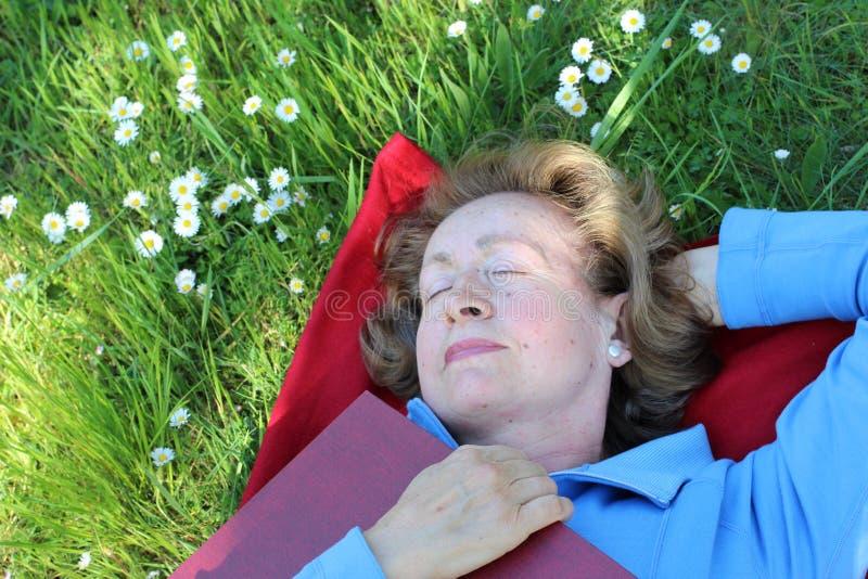 Beztroska kobieta bierze drzemkę outdoors obraz stock