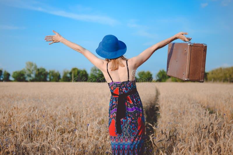 Beztroska kobieta w sundress i dęciaka kapeluszu mieniu obraz stock
