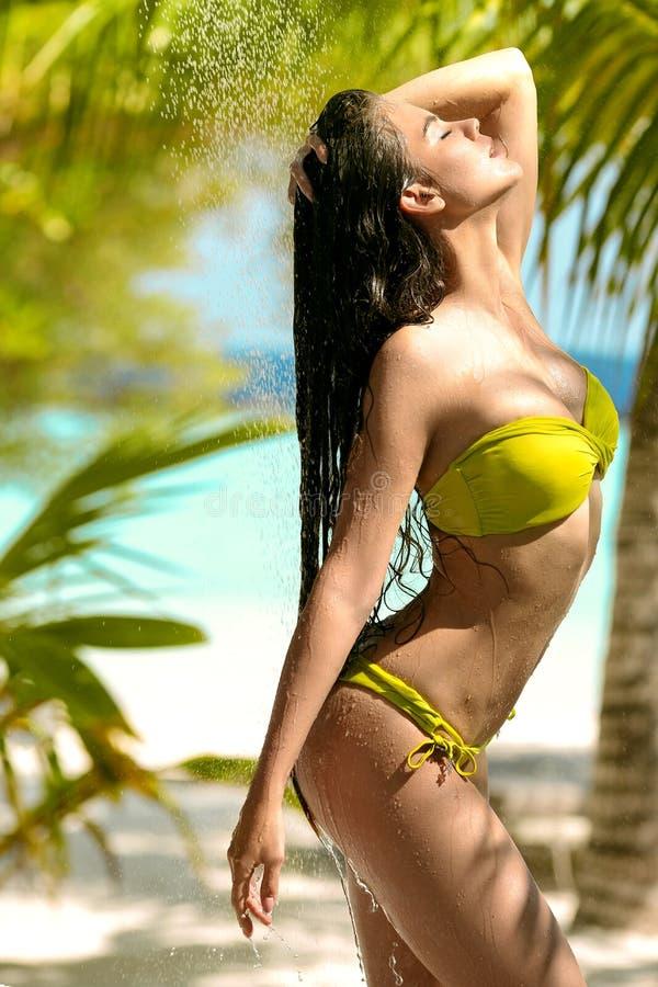 Beztroskiego mokrego seksownego bikini wzorcowa cieszy si? plenerowa tropikalna prysznic Pi?kna kobieta z d?ugie w?osy natryskiwa obraz stock