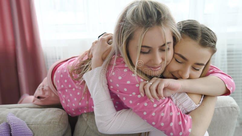 Bff das meninas da estagnação do abraço dos melhores amigos do amor da irmã fotografia de stock