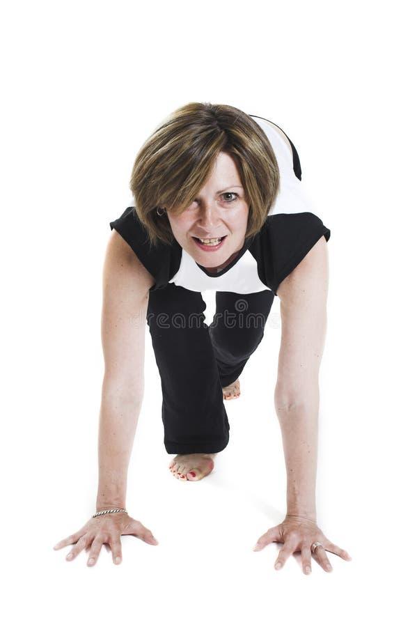 bg robi w pozycji t białą kobietę koszula jogi obrazy stock