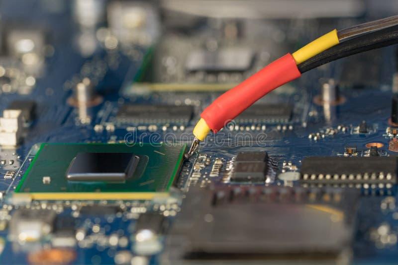 BGA-chip som löder på den löda stationen Borttagning av temperaturen från chipthermocouplen arkivbilder