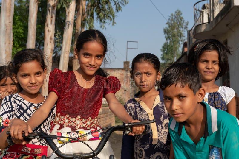 Bhadarsa Uttar Pradesh/Indien - April 2, 2019: En grupp av ungar poserar för ett foto förutom deras by nära Bhadarsa royaltyfria bilder