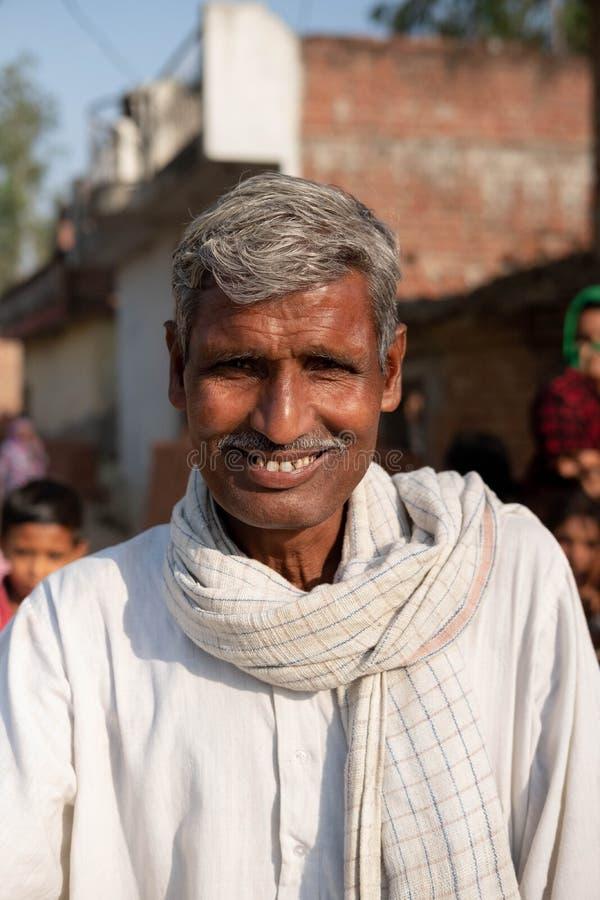 Bhadarsa, Uttar Pradesh/la India - 2 de abril de 2019: Un hombre presenta para una foto fuera de su pueblo cerca de Bhadarsa imagen de archivo