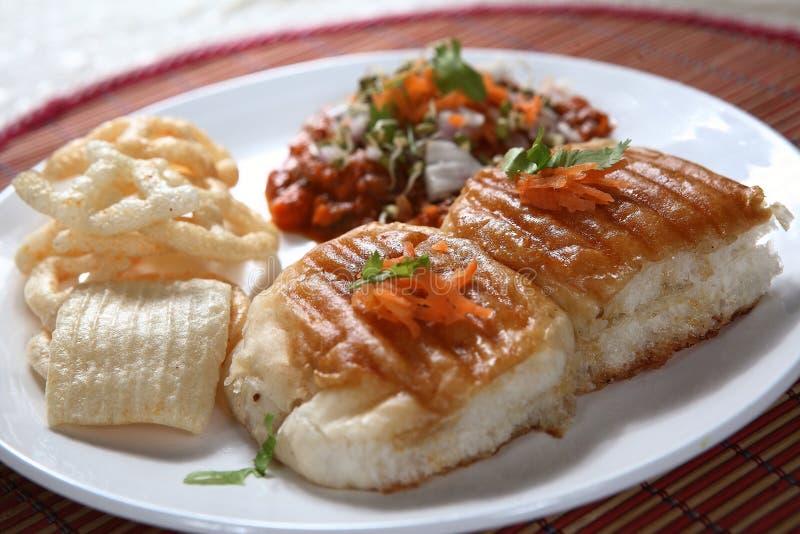 Bhaji do Pav, pão macio com caril vegetal grosso foto de stock royalty free