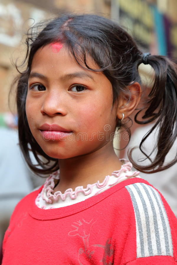 BHAKTAPUR,尼泊尔- 2015年1月1日:一个逗人喜爱的尼泊尔小女孩的画象 免版税库存照片