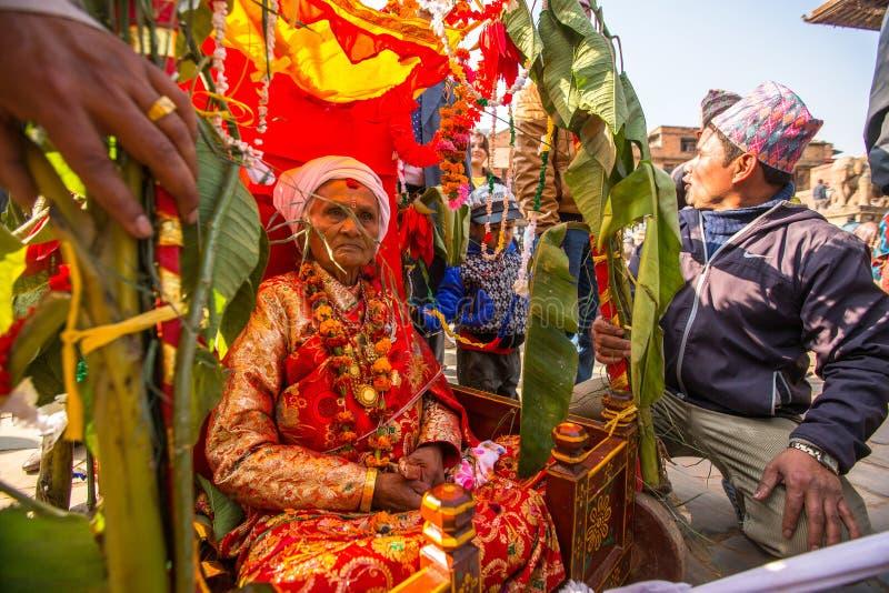 BHAKTAPUR, НЕПАЛ - дети во время головы торжества дня рождения семьи стоковые изображения