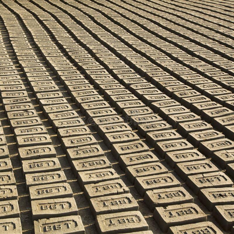 BHAKTAPUR, НЕПАЛ - приобъектная местная фабрика кирпича стоковое изображение rf