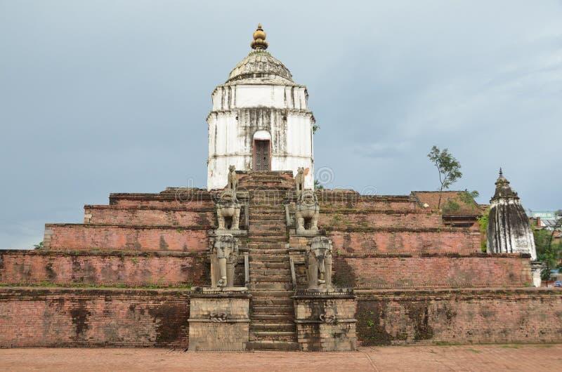 Bhaktapur, Nepal, antyczna hinduska świątynia Fasideg na Durbar kwadracie W może 2015 ja stronniczo niszczył podczas trzęsienia z fotografia royalty free