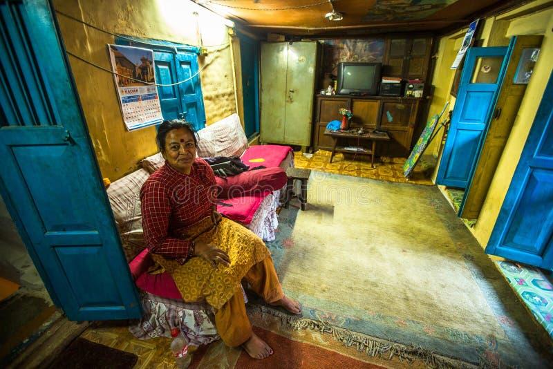 BHAKTAPUR, NEPAL - biedni ludzie w jego dom zdjęcie stock