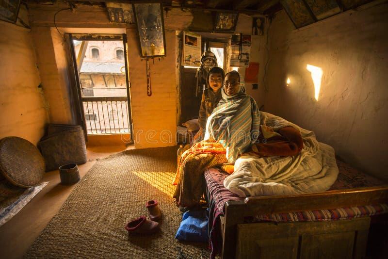 BHAKTAPUR, NEPAL - biedni ludzie w jego dom fotografia royalty free