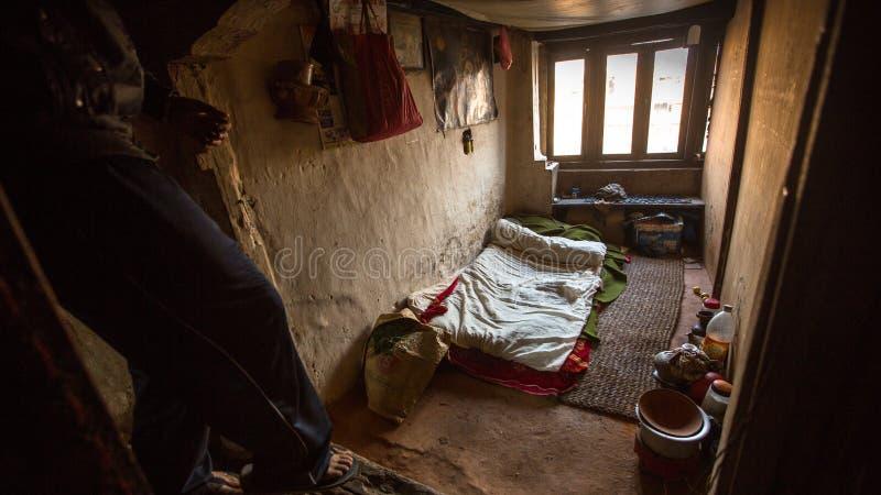 BHAKTAPUR, NEPAL - biedni ludzie w jego dom obraz stock