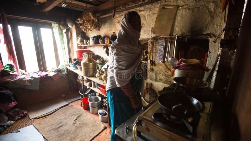 BHAKTAPUR, NEPAL - biedni ludzie w jego dom fotografia stock