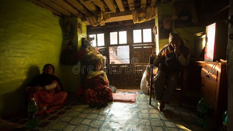 BHAKTAPUR, NEPAL - biedni ludzie w jego dom zdjęcie royalty free