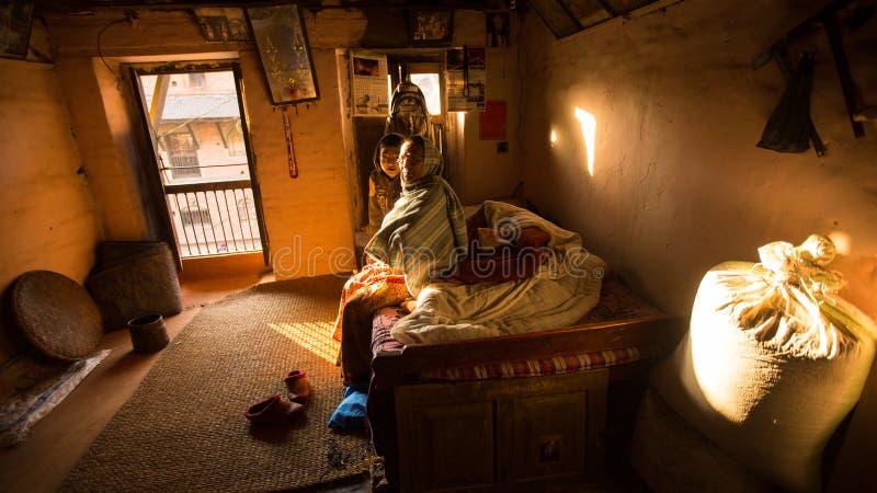 BHAKTAPUR, NEPAL - biedni ludzie w jego dom zdjęcia royalty free