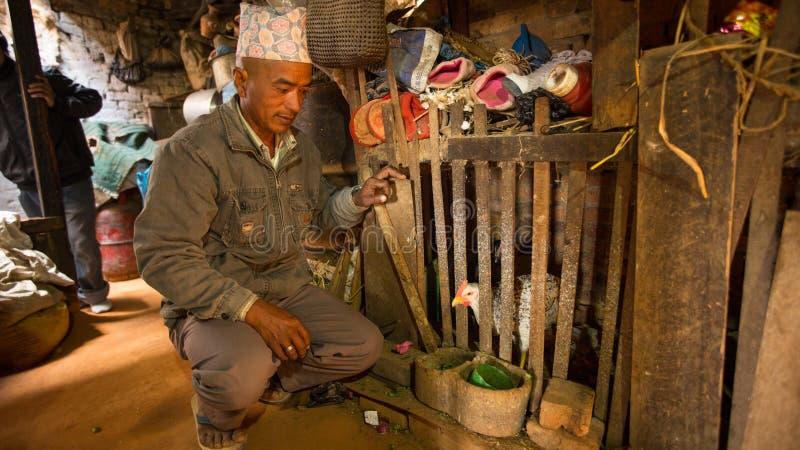 BHAKTAPUR, NEPAL - biedni ludzie w jego dom obrazy stock