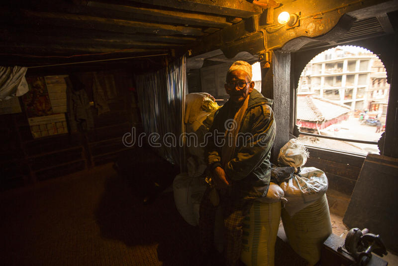 BHAKTAPUR, NEPAL - biedni ludzie w jego dom obraz royalty free