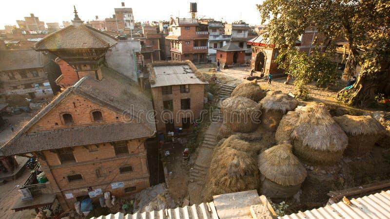BHAKTAPUR, NEPAL - casa del Nepali en el centro de ciudad imagen de archivo