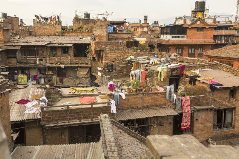 BHAKTAPUR, NEPAL - casas do Nepali no centro da cidade fotos de stock royalty free