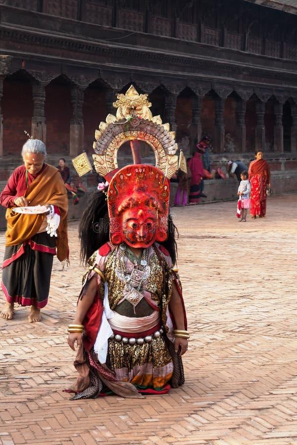 BHAKTAPUR NEPAL, KWIECIEŃ, - 19, 2013: Lama przygotowywający wykonywać obrządkowego tana dzwonił Bhairav tana obrazy royalty free